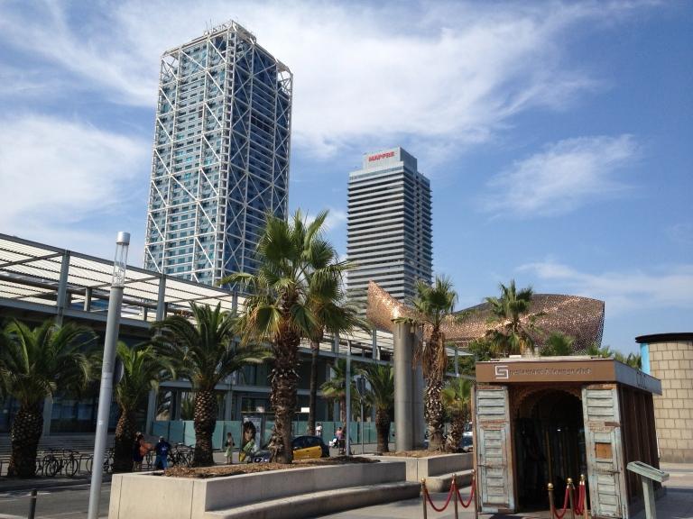 Torres Arts y Mapfre, junto al pez dorado diseñado por Frank Gehry para los Juegos Olímpicos de 1992.