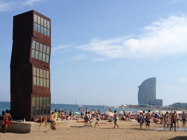 Playa de la Barceloneta, con la escultura L'Estel Ferit de Rebecca Horn a la izquierda y el hotel W Barcelona al fondo.