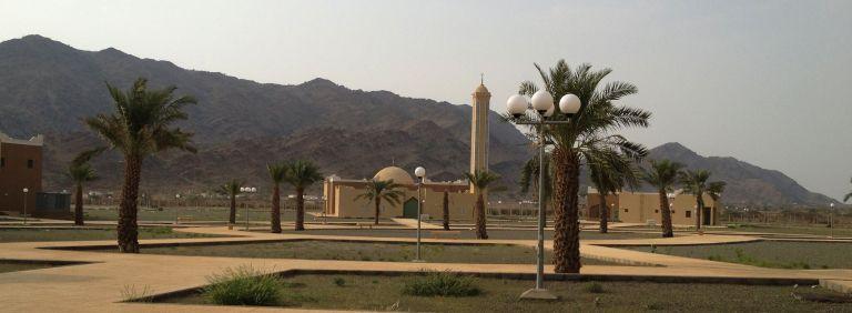 La mezquita (izquierda) junto a la cafetería (derecha).