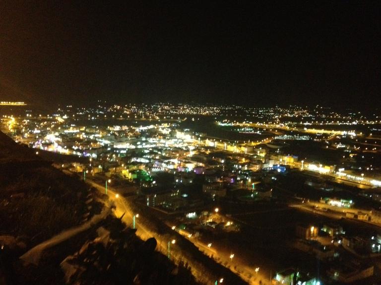Vista nocturna de la ciudad de Muhayil, en la provincia de Asir, Arabia Saudí.